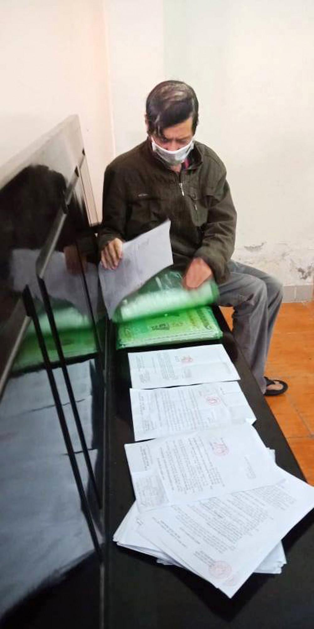 Ông Nguyễn Văn T. mong mỏi được xét xử và rồi thất vọng vì phiên tòa lại hoãn