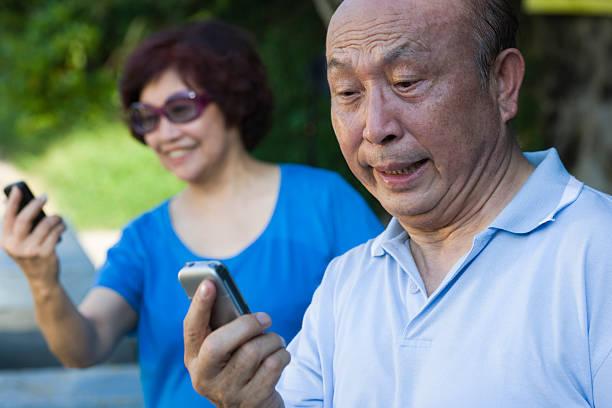 Facebook giúp những người lớn tuổi giải khuây nhưng cũng là con dao hai lưỡi nếu họ sử dụng không đúng cách (ảnh minh hoạ)