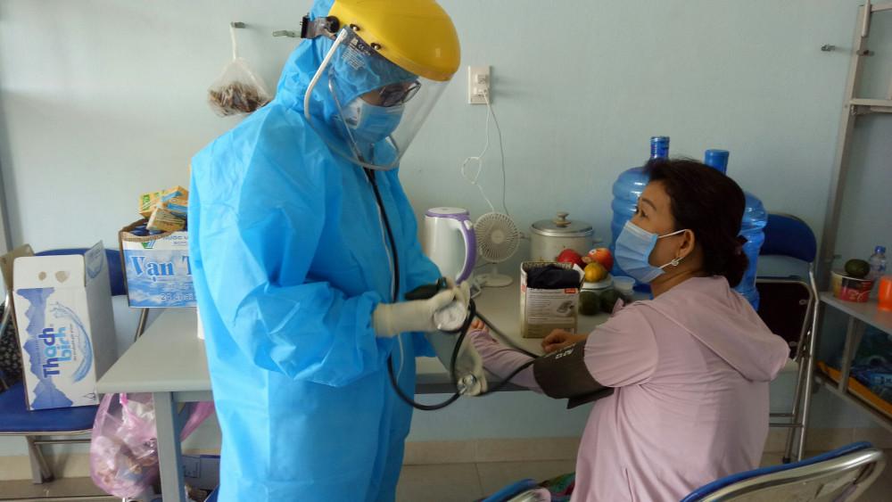 Chăm sóc cho người ở khu cách ly Trường đại học Phạm Văn Đồng