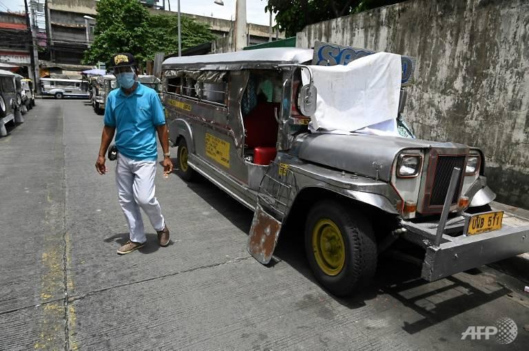 Một chiếc xe jeepney đã ngừng hoạt động do lệnh cấm của chính phủ Philippines trước làn sóng COVID-19 đang quay trở lại. Giờ đây nó đang trở thành nhà của những tài xế bị thất nghiệp - Ảnh: AFP