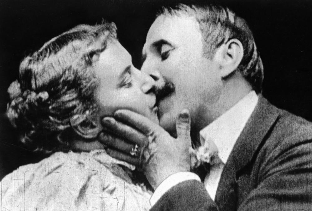 May Irwin và John C. Rice, 2 diễn viên ngôi sao trong tập phim ngắn mang tên Nụ hôn được thực hiện tại phòng thu của Thomas Edison - Ảnh: John Kobal Foundation/Getty Images