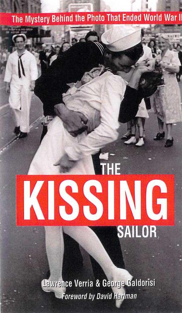Nụ hôn kinh điển và gây nhiều tranh cãi được diễn ra trên quảng trường Thời Đại (Mỹ) vào ngày 14/8/1945 - Ảnh: U.S. Naval Institute