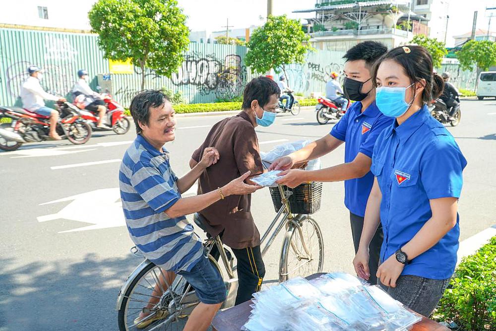 Đoàn viên cơ quan Hội LHPN TP.HCM phát khẩu trang và tuyên truyền phòng, chống dịch cho người dân