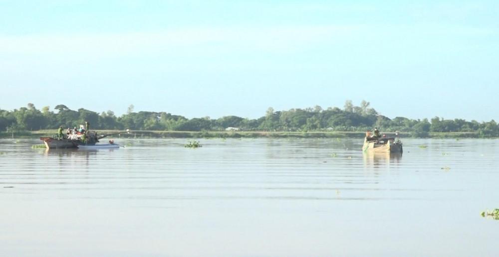 Các phương tiện vi phạm khai thác cát trái phép bị bắt giữ tại huyện An Phú.