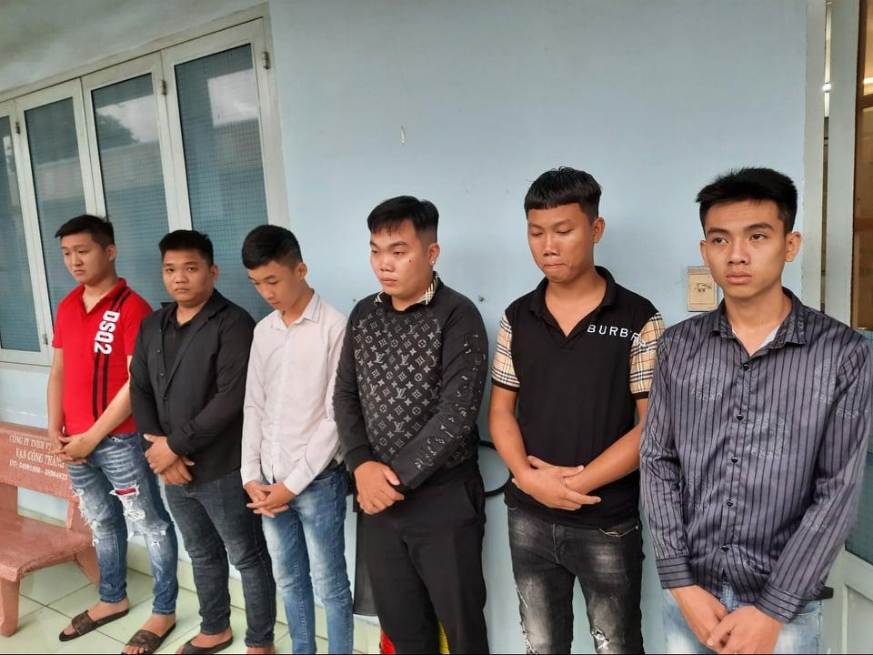 Nhóm thanh niên tại cơ quan công an