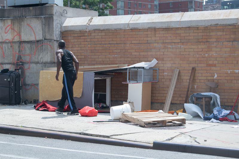 """Người vô gia cư """"cắm lều"""" dọc theo phố W. 39th giữa hai đại lộ Ninth và Tenth ở quận Manhattan - Ảnh: New York Daily News"""