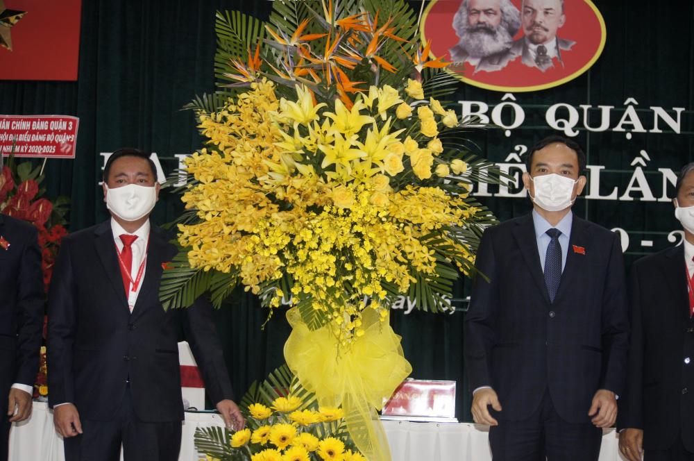 Ông Phạm Thành Kiên (bìa trái) nhận hoa chúc mừng đại hội từ lãnh đạo Thành ủy TPHCM