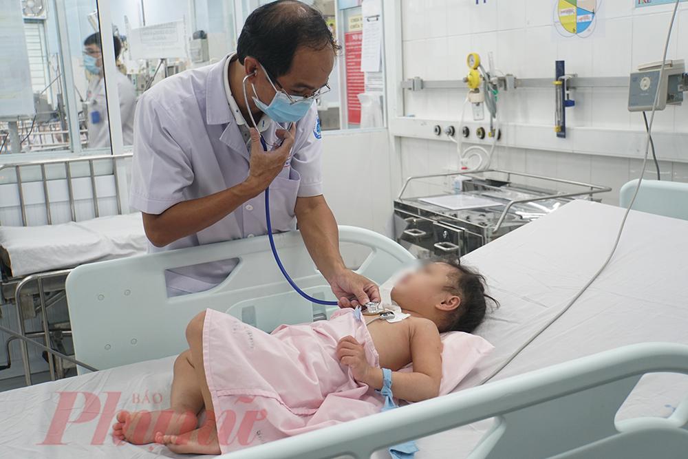 Bác sĩ Quang thăm khám lại cho bé Ng.