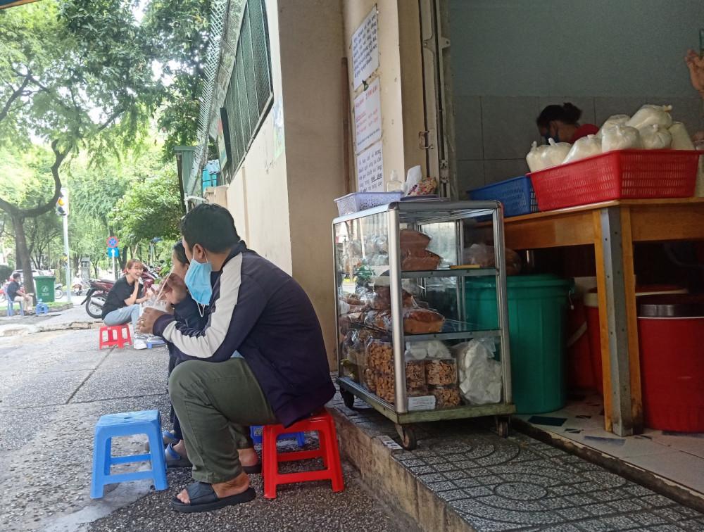 Một góc tiệm nhỏ, một tủ bánh nhỏ nhưng lại chất chứa nhiều thứ làm người ta phải yêu cái quán này.