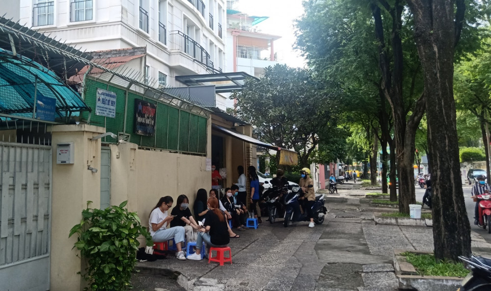 Nhiều bạn trẻ rất hay đến đây, ngồi nhâm nhi sữa và bánh, cùng trò chuyện rồi cùng ngắm thành phố.