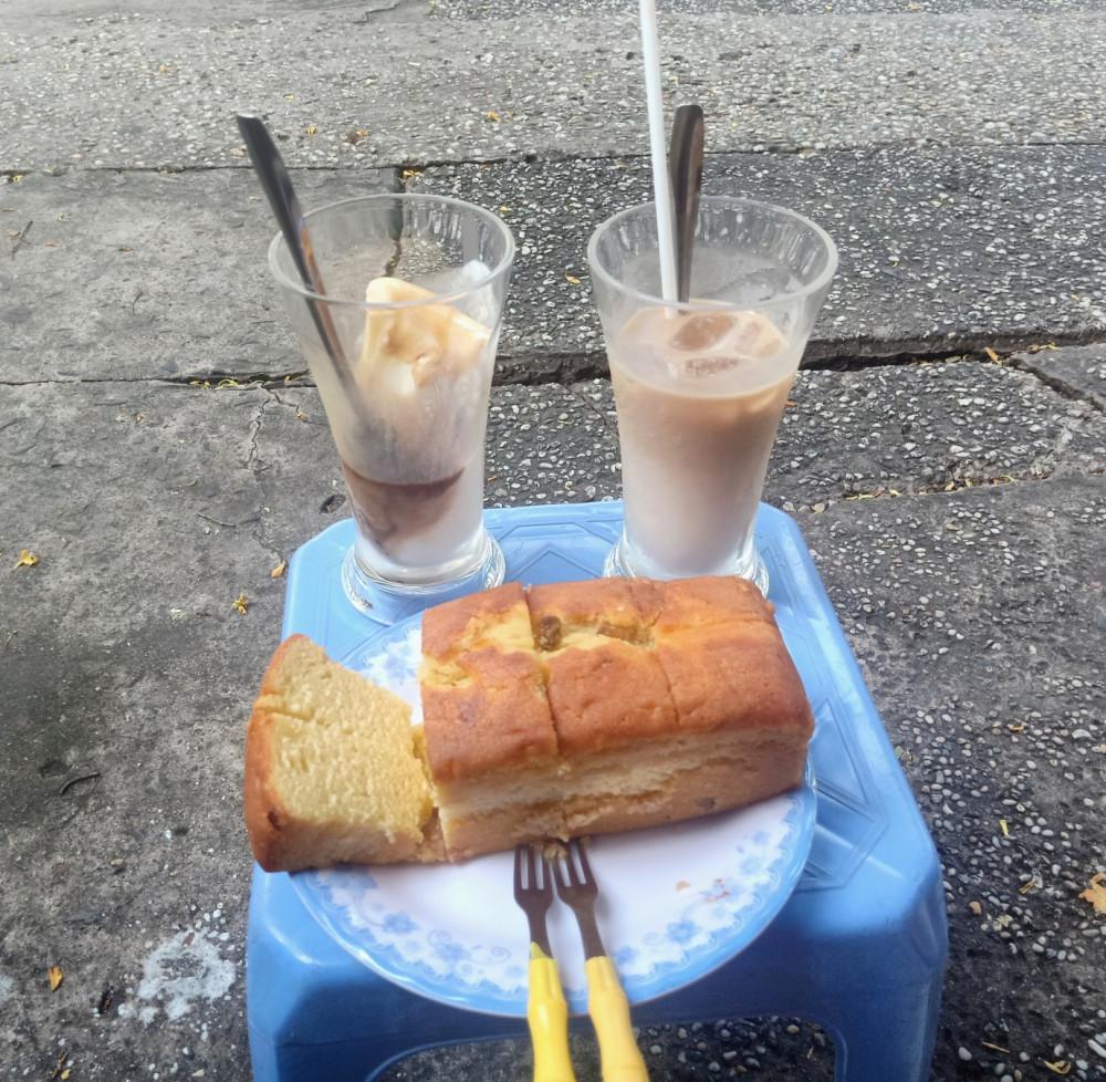 Một ít sữa với ít bánh, cho buổi sáng sớm được no bụng và ngồi ngắm dòng người qua lại.