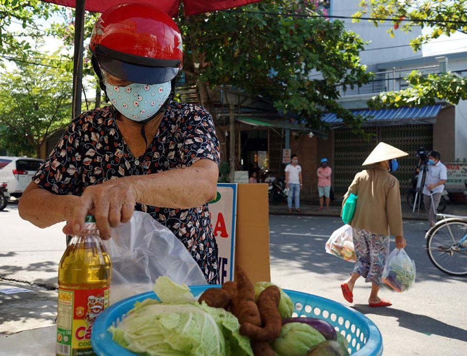 """Được chọn lựa những thực phẩm theo ý thích, bà Huỳnh Thị Hải (60 tuổi trú tại phường Thanh Khê – quận Cẩm Lệ) xúc động: """"Không biết nói gì hơn là cảm ơn đến các mạnh thường quân đã hỗ trợ cho bà con chúng tôi lúc gặp khó khăn. Tuy nhiên, hôm nay đi chợ được mua quá nhiều đồ miễn phí nên tôi sẽ mang về tặng lại cho nhiều hàng xóm cũng gặp khó khăn nhưng chưa được cấp phiếu""""."""