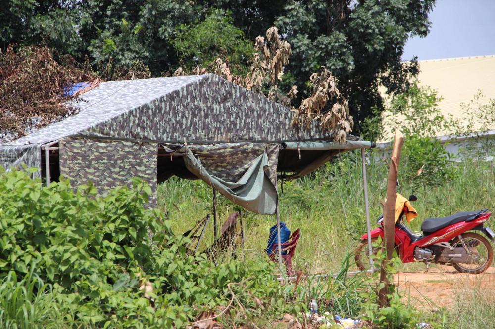 Lều dựng tạm luôn có người bảo vệ được chính quyền địa phương lập ra