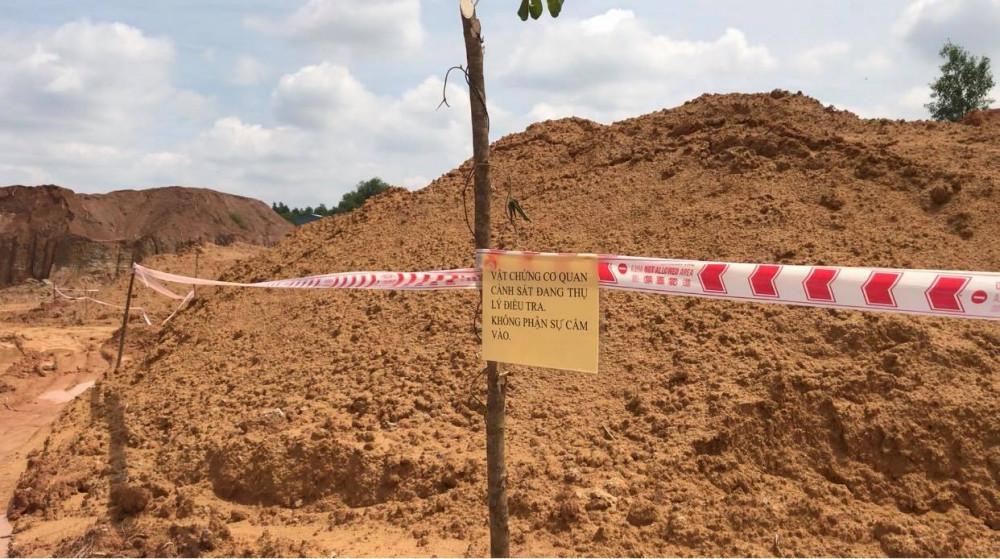 Khu đất đã bị căng dây, dán thông báo sau khi bị phát hiện khai thác trái phép