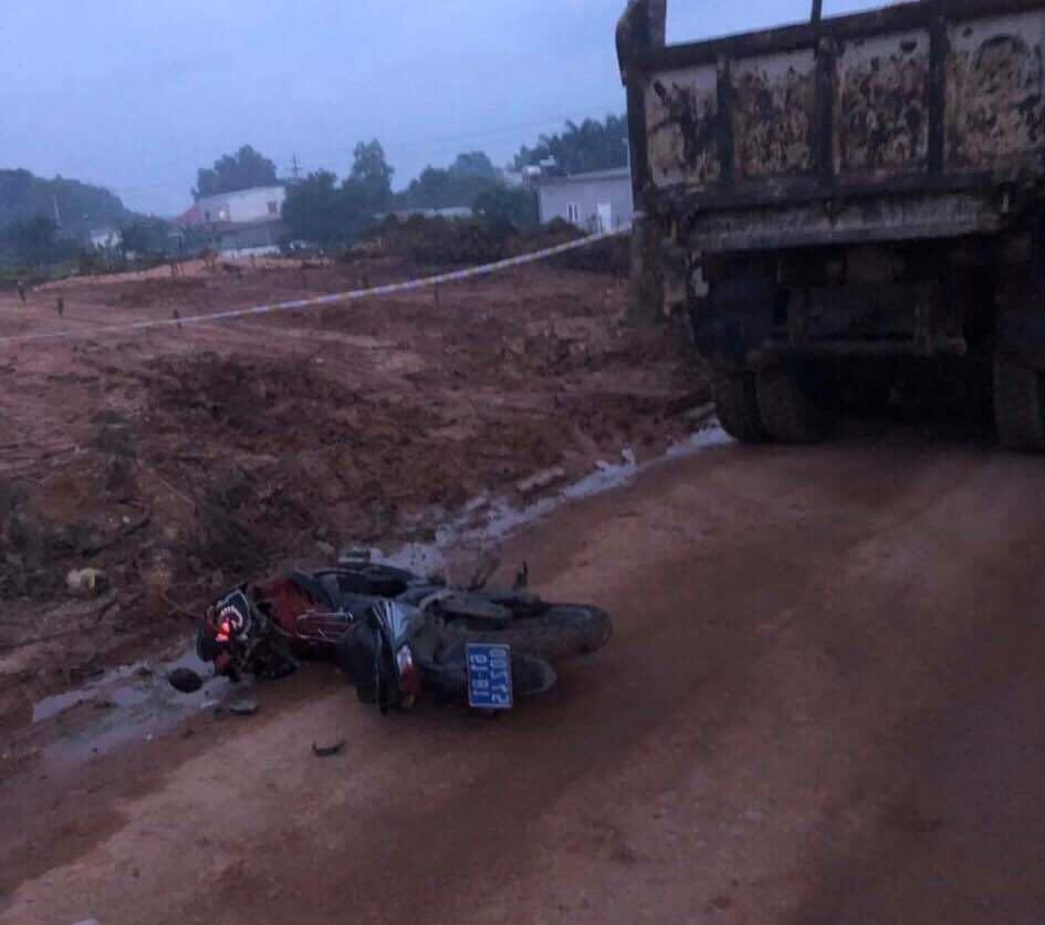 Tài xế xe ben tông vào xe của tổ tuần tra khi bị phát hiện chở đất trái phép