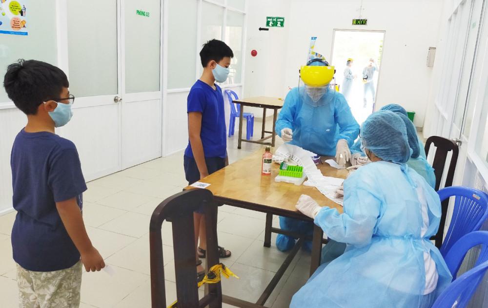Người về từ Đà Nẵng đến khai báo y tế và lấy mẫu xét nghiệm SARS-CoV-2 tại Trung tâm Y tế quận Tân Bình