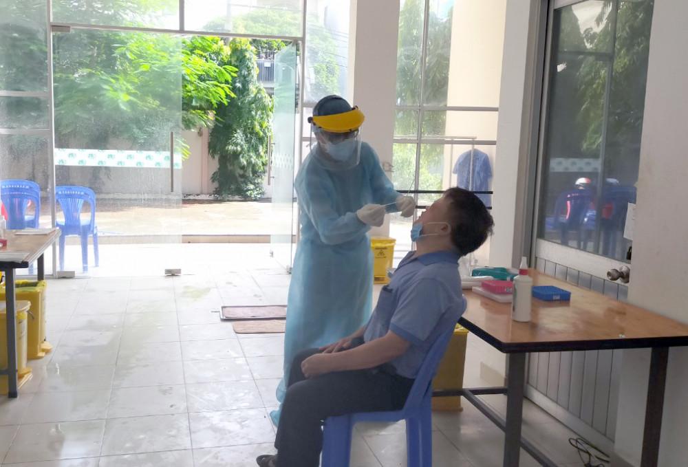 Trung tâm Y tế quận Tân Bình lấy mẫu xét nghiệm COVID-19