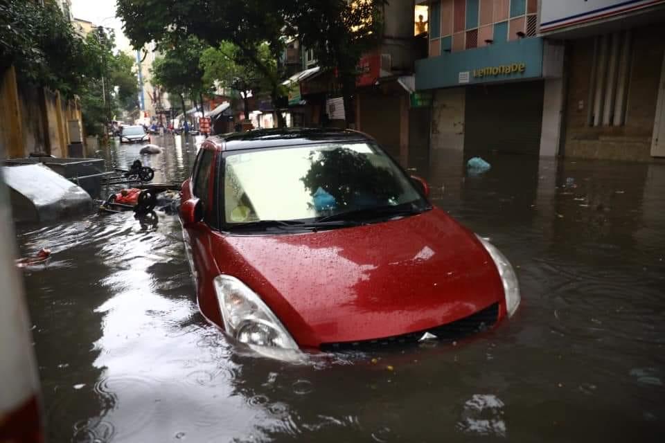 Một chiếc xế hộp chìm nửa xe trong nước.