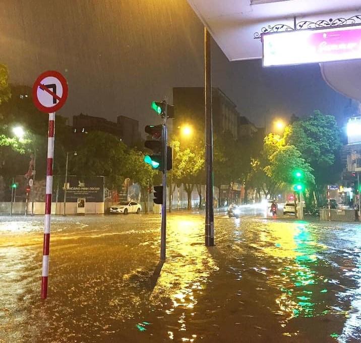Đến tối ngày 17/8, tại khu vực ngã tư Hàng Bài - Lý Thường Kiệt, nước vẫn chưa rút hết.