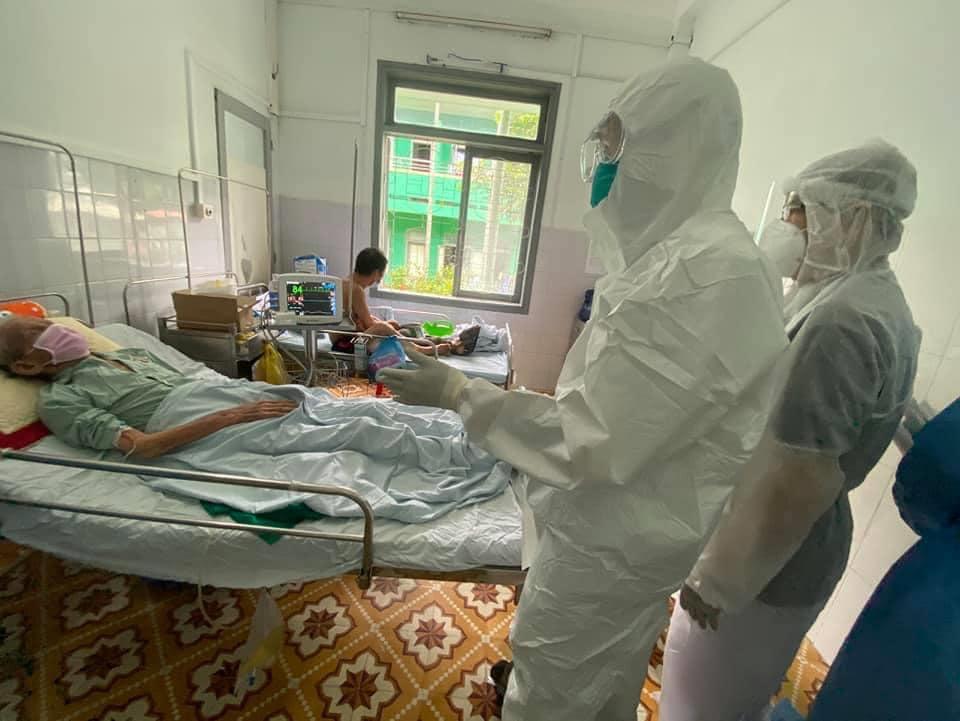 Bác sĩ đang thăm khám cho bệnh nhân mắc COVID-19