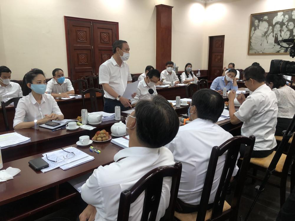 Ông Huỳnh Thanh Nhân - Giám đốc Sở Văn hóa và Thể thao TPHCM - báo cáo tại buổi giám sát chiều 17/8. Ành: Quốc Ngọc