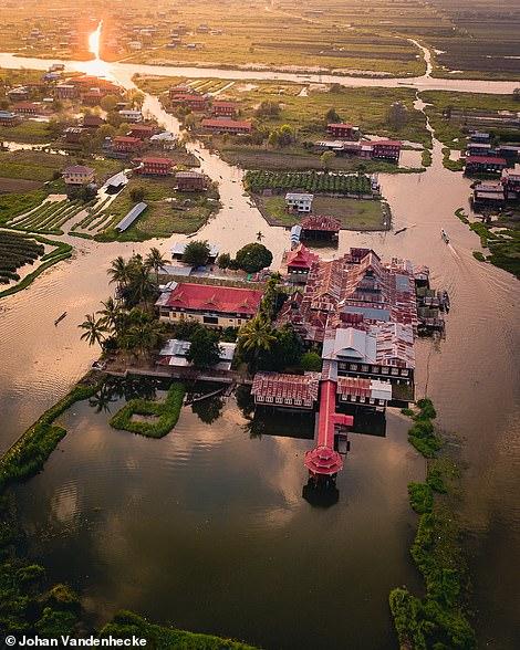 tu viện Nga Phe Kyaung hấp dẫn nằm trên hồ Inle ở Myanmar, cùng với vô số những ngôi nhà gỗ mộc mạc. Johan chụp lúc hoàng hôn.
