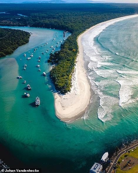 Vịnh Jervis ở New South Wales, Úc, được Johan mô tả là có 'hình dáng đẹp'. Ở bên phải - các biệt thự sang trọng trên Bờ biển Vàng của Queensland
