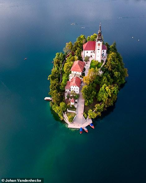 Đảo Bled trong truyện cổ tích, nằm giữa Hồ Bled của Slovenia. Điểm nổi bật nhất của nó là nhà thờ Gothic thế kỷ 17.