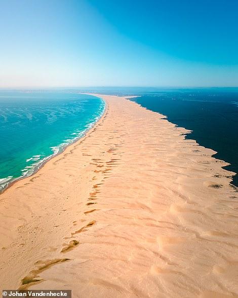 Bên trái là Vịnh Anna ở New South Wales của Úc. Johan nói: 'Tôi thích cách sọc sa mạc trông không tự nhiên này dường như chia cắt đại dương với khu rừng ở bên phải.' Bên phải là một trong những bức ảnh được Johan thích nhất trên Instagram.