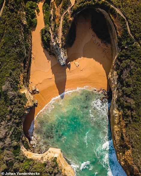 Bên phải là một trong những bức ảnh được Johan thích nhất trên Instagram. Nó cho thấy Hẻm núi Loch Ard hình giọt nước mắt ở Victoria, Úc. Nó được đặt tên theo một con tàu mắc cạn gần đó vào năm 1878. Những người sống sót duy nhất, hai thiếu niên, đã cố gắng vật lộn để vào bờ đến bãi biển trong hẻm núi