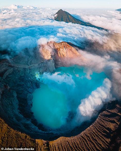 gọn núi lửa Kawah Ljen sừng sững, mà Johan nói là 'điểm nhấn tuyệt đối' trong chuyến đi Đông Java của anh. Miệng núi lửa của nó rộng một km và chứa một hồ nước màu xanh lam có tính axit cao