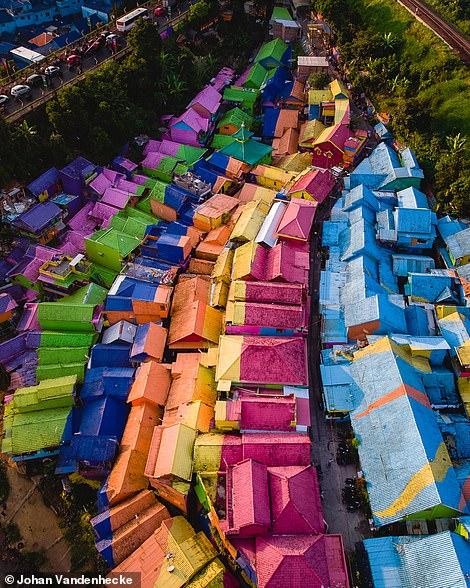 Bên phải là 'Ngôi làng cầu vồng' rực rỡ ở thành phố Malang của Indonesia