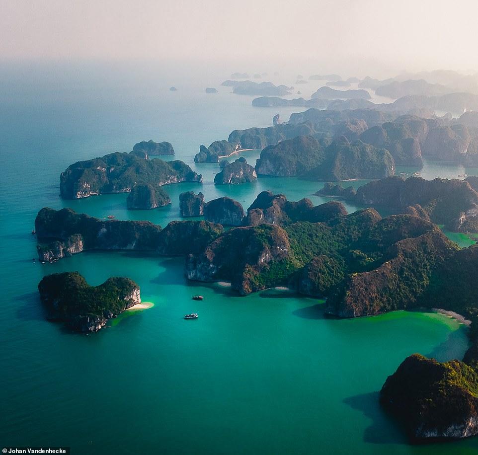 Trong bộ ảnh của Nằm ở phía Nam của Vịnh Hạ Long và phía Đông của đảo Cát Bà, Vịnh Lan Hạ có diện tích hơn 7.000 ha nổi bật với vẻ đẹp ngoạn mục của khoảng 400 hòn đảo lớn nhỏ dày đặc, mang nhiều hình thù kỳ thú. Khác với Vịnh Hạ Long, tất cả các đảo ở Vịnh Lan Hạ đều được phủ đầy cây xanh, cho dù chỉ là những hòn đảo vô cùng nhỏ bé.