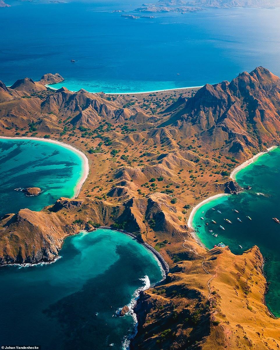 Đảo Padar tuyệt đẹp thuộc quần đảo Komodo, nơi du khách có thể thư giãn trên bãi biển cát hồng