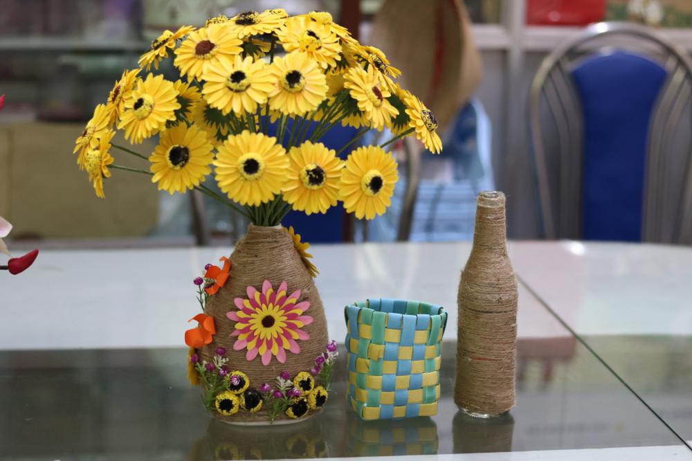 Những sản phẩm làm từ rác do phụ nữ quận Thủ Đức lên ý tưởng và thực hiện.