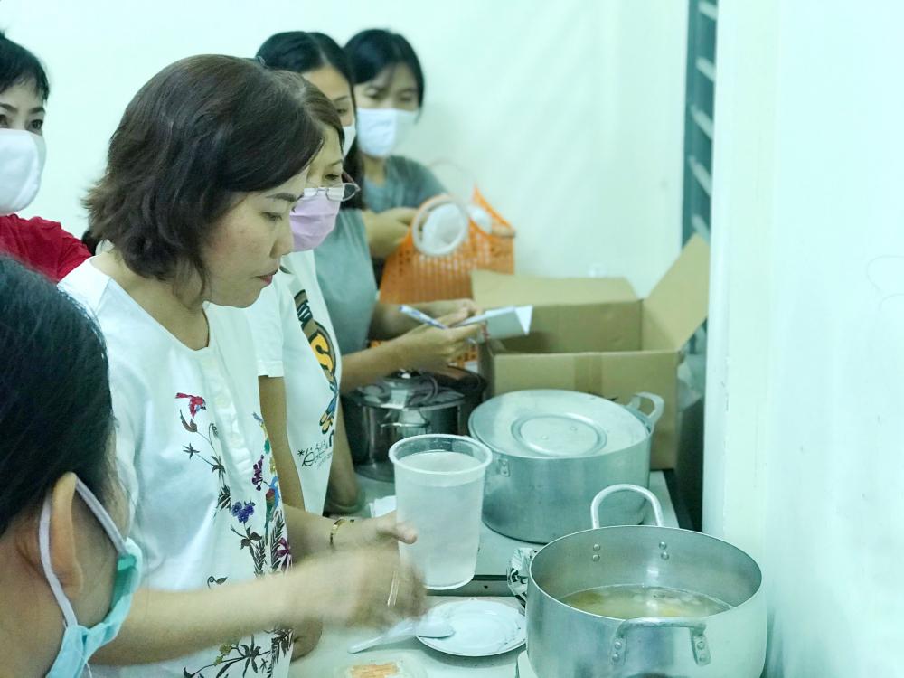 Học viên được hướng dẫn thực hành một số món ăn, thức uống phổ biến.