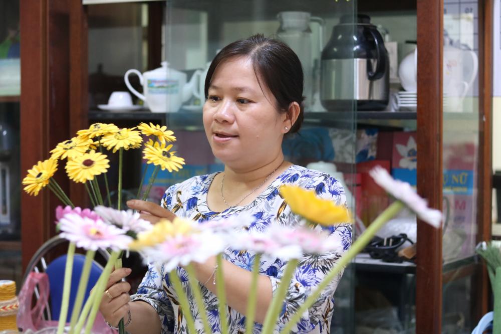Những bông hoa làm từ giấy.
