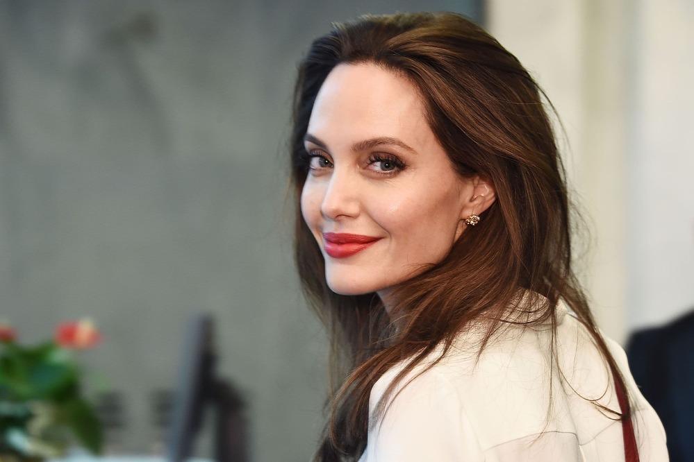 Trong thời gian ở nhà vì dịch, Angelina Jolie vẫn có nhiều hoạt động nhân đạo để hỗ trợ mọi người bước qua giai đoạn khó khăn này
