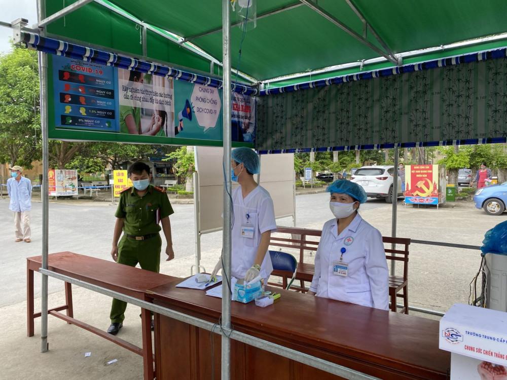 Cơ quan chức năng huyện Quảng Xương tiến hành xét nghiệm đối tượng về từ vùng dịch (Ảnh: Công an Thanh Hóa).