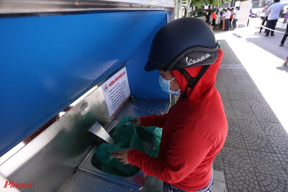 Theo bà Lê Thị Như Hồng, Chủ tịch Hội CTĐ thành phố Đà Nẵng, chương trình dự kiến cấp phát 20 tấn gạo cho khoảng 3.000 người dân các xã, phường trên địa bàn thành phố với tổng kinh phí 300 triệu đồng, dựa theo nhu cầu sử dụng gạo trung bình của mỗi người là 6kg gạo/2 tuần.