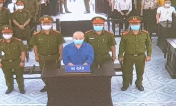 Nguyễn Xuân Đường đứng nghe tuyên án.