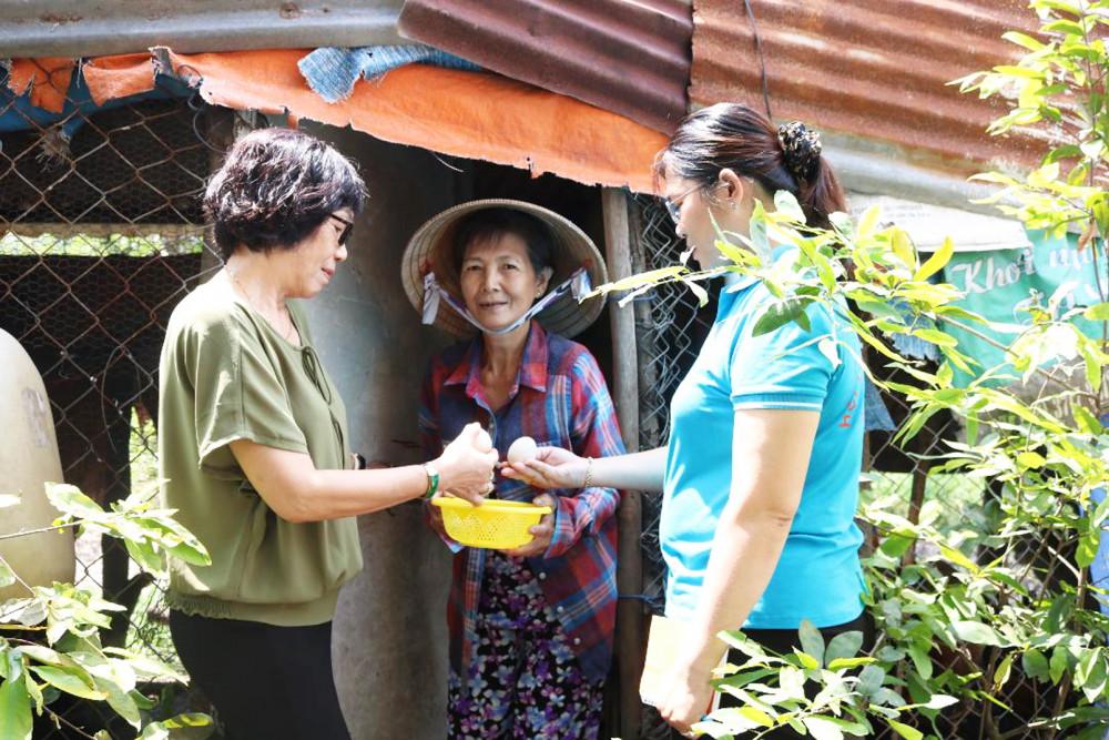 Bà Cúc (giữa) tận dụng mảnh đất bên hông nhà cất chòi nuôi gà, vịt lấy trứng