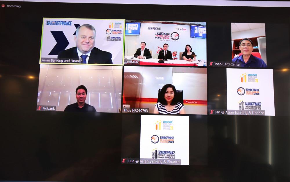 """Do ảnh hưởng của COVID-19, lễ giải thưởng """"Ngân hàng bán lẻ nội địa tốt nhất đã được tổ chức trực tuyến qua ứng dụng Zoom, kết nối các đầu cầu tại Australia, Singpore, Hội sở HDBank và các khối, phòng ban. Ảnh: HDBank cung cấp"""