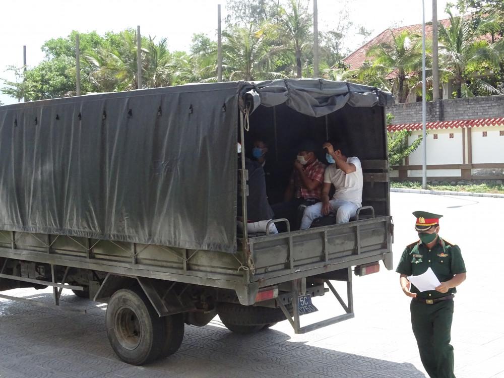 Xe quân đội chở người Huế về từ Đà Nẵng vào khu cách ly tập trung