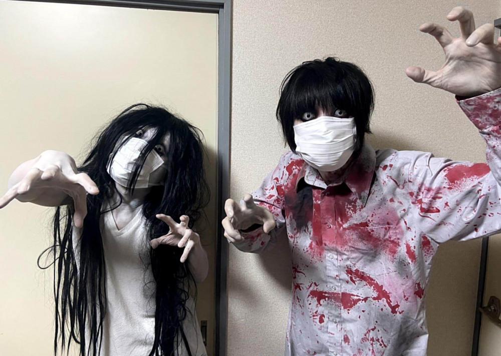 Những diễn viên đóng giả làm ma quỷ trong gara - Ảnh: Ma quỷ xuất hiện ngay bên trước đầu xe ô tô - Ảnh: Kowagarasetai