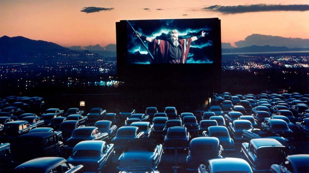 Một buổi chiếu phim theo mô hình Rạp chiếu phim lái xe (Drive-in Movie Theater) vào năm 1958 ở Mỹ. Mô hình này đang quay trở lại trong mùa dịch nhờ tính riêng tư và cách biệt của khán giả khi mỗi người ngồi trên chiếc xe của riêng mình - Ảnh: Getty Images
