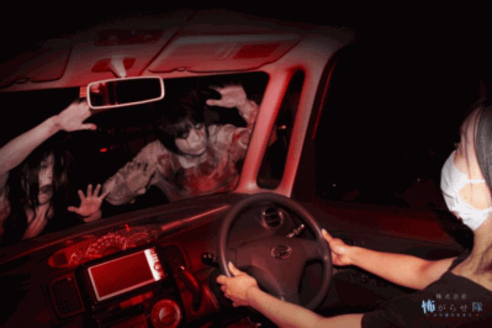 Ma quỷ xuất hiện ngay bên trước đầu xe ô tô - Ảnh: Kowagarasetai