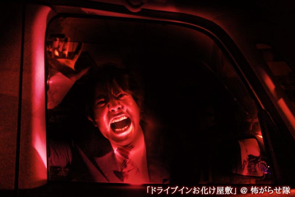 Khoảnh khắc kinh hoàng của nạn nhân đang kẹt trong xe, bên ngoài đầy những thây ma gào thét nhảy múa - Ảnh: Kowagarasetai