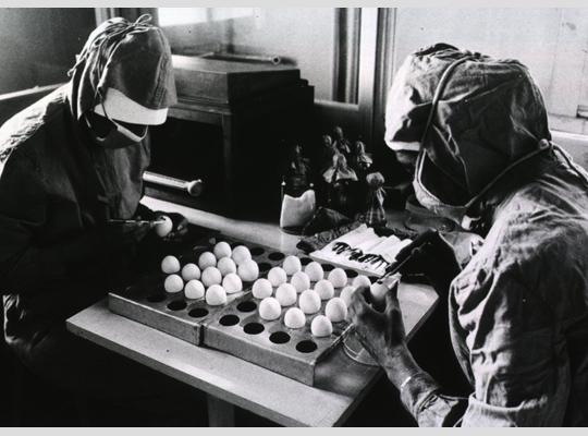 Vắc-xin MMR đang được chuẩn bị để mang đi tiêm cho trẻ em vào năm 1971 - Ảnh: WHO/the History of Medicine (NLM