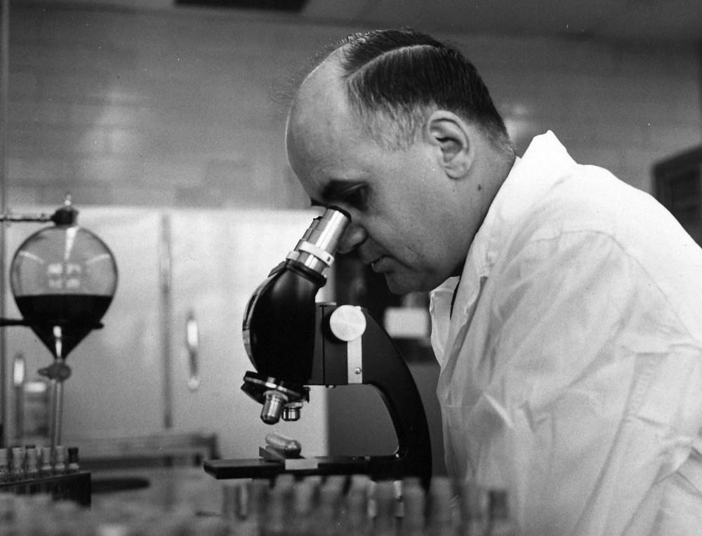 Tiến sĩ Maurice Hilleman đang nghiên cứu một mẫu virus trong phòng lab - Ảnh: Bilieu Reath